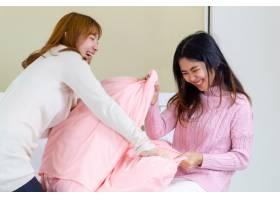 两名年轻女子玩格斗枕头_5433278