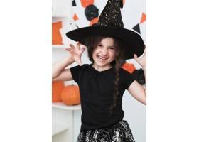 中等镜头中戴女巫帽子的可爱小女孩_5481443