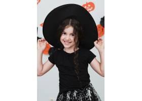 中等镜头中戴女巫帽子的可爱小女孩_5481445