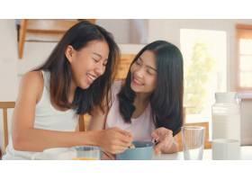 亚洲女同性恋者LGBTQ女性夫妇在家吃早餐_5503742