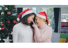 亚裔女同性恋夫妇庆祝圣诞节LGBTQ女青少_5820845