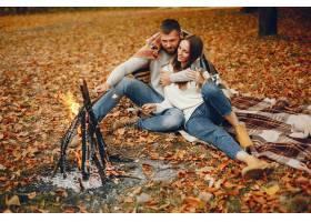 优雅的夫妇在秋季公园度过时光_5252793