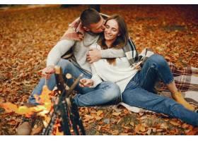 优雅的夫妇在秋季公园度过时光_5252794