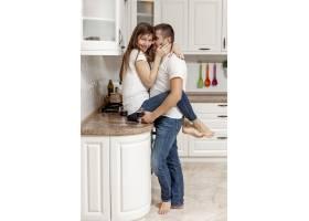 侧视男子在厨房拥抱女友_6363705