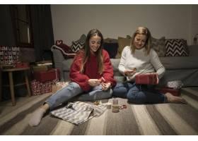 一家人正在包装圣诞节礼物_5986401