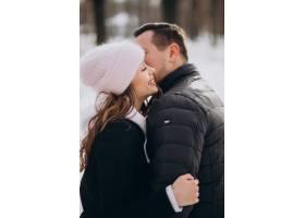 一对年轻情侣在情人节一起度过冬天的肖像_6426717
