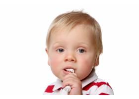 一个穿着白色衣服的有趣的小孩子_6285790