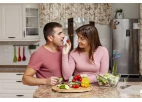 一名女子向她的男朋友递送西红柿_6363791