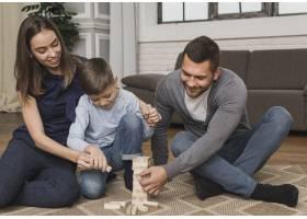 父母和孩子一起玩Jenga_6394284