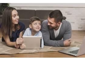 父母教儿子如何使用平板电脑_6394282
