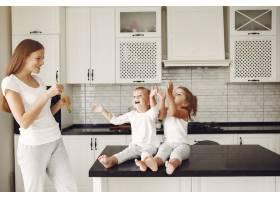 美丽的一家人在厨房里度过时光_6213548