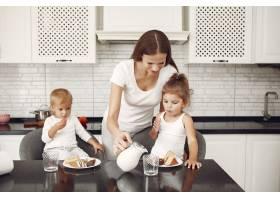 美丽的一家人在厨房里度过时光_6280704