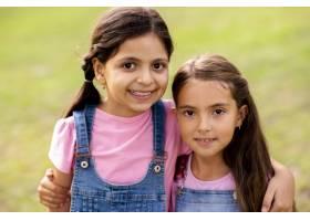 美丽的女孩们面带微笑地拥抱在一起_5682335