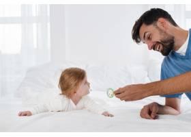 爸爸和笑脸宝宝玩耍_6071196
