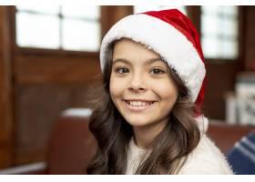 特写戴着圣诞帽的微笑女孩_5750064
