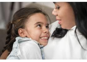 特写母亲抱着女儿当婴儿_6354017