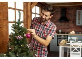 装饰圣诞树的中枪男子_5751183