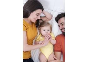 让婴儿在父母身边摆姿势_6071150