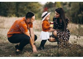 秋天森林里的一家人带着他们的小女儿_5915060