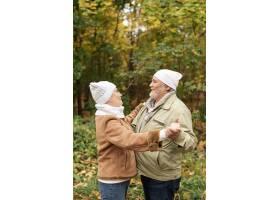 秋天甜蜜的情侣在公园里跳舞_5962490