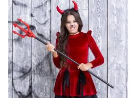 邪恶的年轻女孩手持万圣节三叉戟_5499498