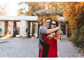 相爱的情侣走在秋天的街道上_6060212