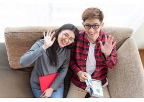 顶景年轻漂亮的女人和英俊的男朋友戴着眼镜_5392725