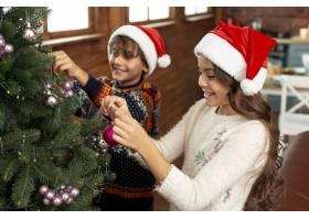 高角快乐的孩子们装饰圣诞树_5751157