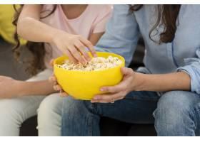 母女俩吃爆米花的特写镜头_6405258