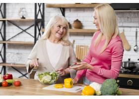 母女俩在厨房聊天的正视照片_6318809