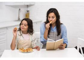 母女俩在厨房里共度时光_6403377