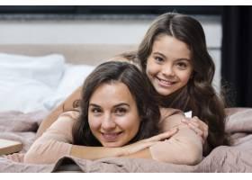 母女俩在家里共度时光_6403384