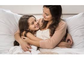 母女俩在床上拥抱在一起_6403403