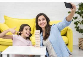 母女俩在玩木塔游戏时自拍_6405246