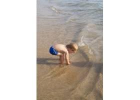 海边穿着泳衣的小男孩_5618598