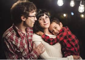 灯泡下可爱的一家人圣诞摄影_5732620