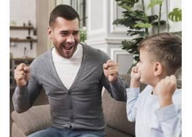 父亲与儿子玩耍的写真_6394278