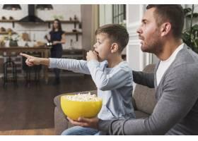 父亲和儿子一起看电影_6394277