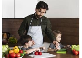 父亲带着儿子在厨房做饭_6157655