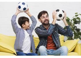 父子俩手持足球_6037345
