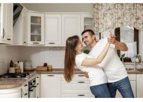 有趣的情侣在厨房跳舞_6363761