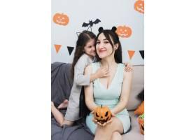 母亲与女儿度过了快乐的时刻_5480716