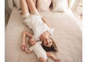 母亲与新生儿合影_5940411