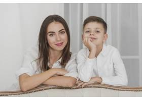 母亲为儿子骄傲的肖像_6396138