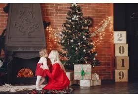 母亲和可爱的女儿在家里穿着一件红色连衣裙_5910945