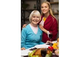 母亲和女儿的中景镜头_5682483