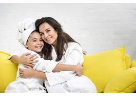 母亲和女儿穿着长袍拥抱在一起_6405233