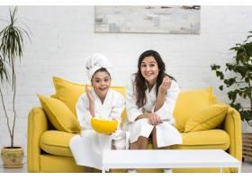 母亲和女儿穿着长袍摆姿势_6405234