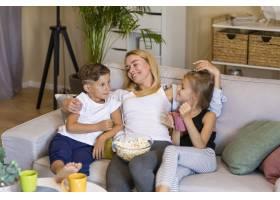 母亲和她的孩子们在一起的时间很高_6321788