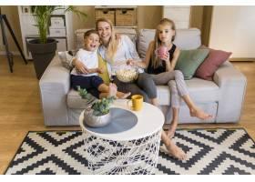 母亲和她的孩子们坐在起居室里的长镜头_6321791